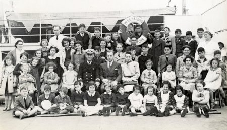 Gilbert and Eleanor Kraus with the 50 children aboard the SS President Harding, June 1939. (HBO)