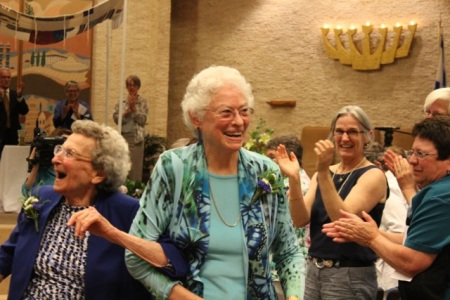 Pearl Berlin (left) and Lennie Gerber rejoice after their marriage ceremony. (photo credit: Arlene Gutterman. Courtesy of Pearl Berlin and Lennie Gerber)